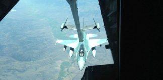 F-16C TNI AU sedang melakukan refueling dengan tanker USAF.