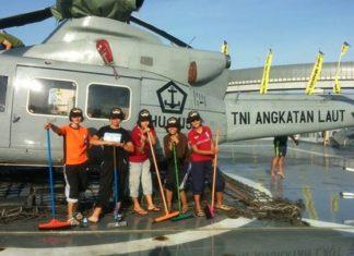 Awak KRI SHS 990 mencuci helikopter. Kredit foto: Satria.