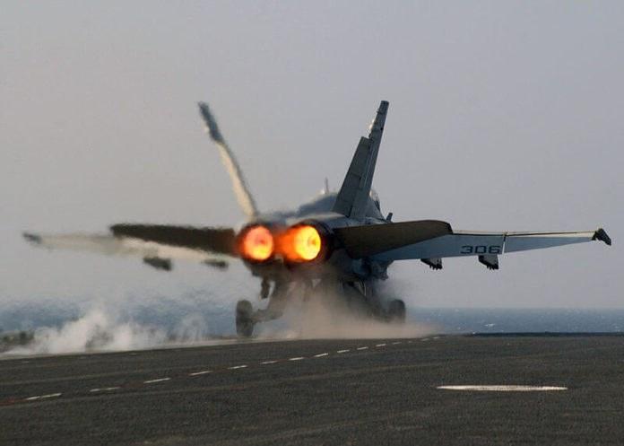 Afterburner membantu F/A-18 lepas landas pada landasan pendek di kapal induk.