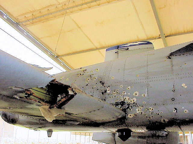 Kerusakan pada airframe A-10 Thunderbolt II Kapten Kim Campbell.