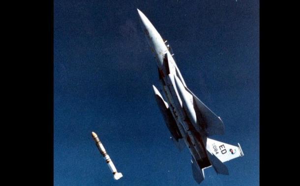 Mayor Pearson menembakkan ASM-135 ASAT. Rudal ini kemudian menghancurkan satelit target di ketinggian 555 Kilometer