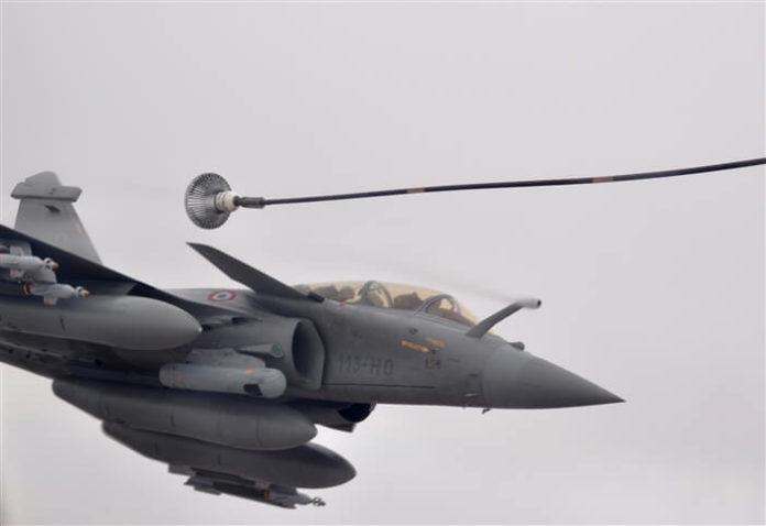 Dassault Rafale B sedang melakukan aerial refueling.