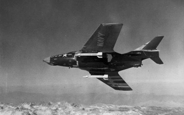 Sebuah Grumman F9F-8 Cougar membawa sepasang rudal experimental XAAM-N-7 Sidewinder saat test flight di NOTS China Lake, California