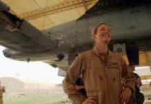 """Captain Kim """"Killer Chick"""" Campbell dan A-10 Thunderbolt II nya yang rusak parah."""