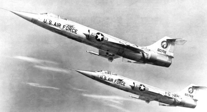 Sepasang F-104 Starfighter generasi awal dari 83rd Fighter-Interceptor Squadron, Hamilton AFB california, 1958.