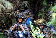 Peleton PLAMC bersembunyi di balik pepohonan.