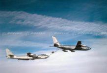 KC-135 sedang melakukan pengisian ulang bahan bakar ke bomber B-47