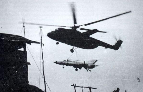 Sebuah Mi-6 Hook, mengangkut MiG-21 untuk dibawa ke forward air strip.