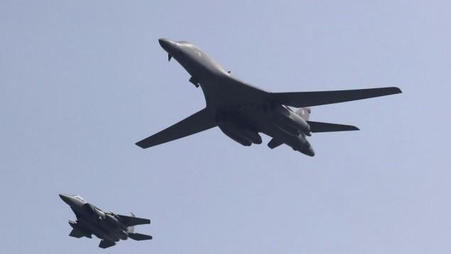 80-as-pamerkan-pesawat-pengebom-b-1b-di-perbatasan-korea