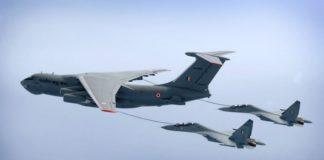 Su-30MKI melakukan aerial refueling