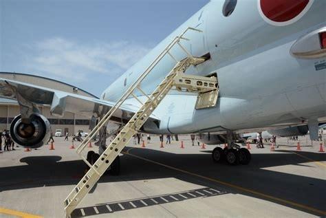 Tangga pesawat built in. Pesawat ini didesain untuk bisa beroperasi dengan dukungan minimalis