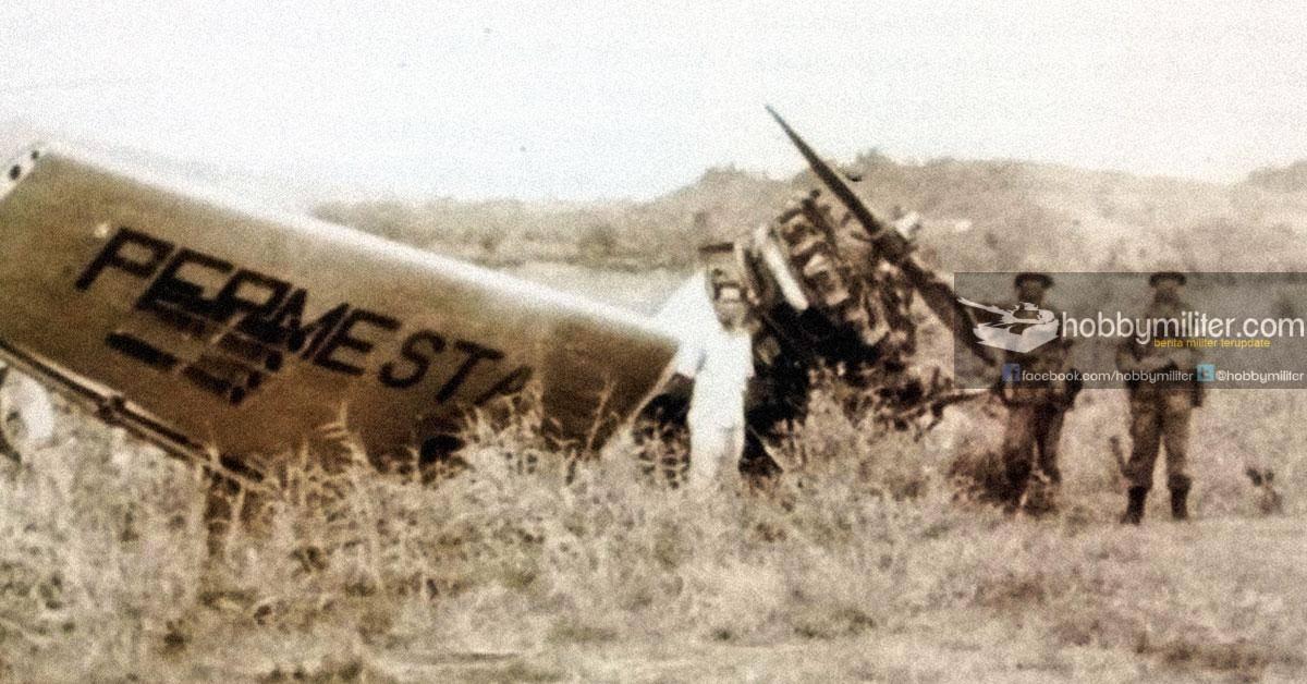 Pasukan KKo AL dengan latar pesawat tempur Permesta yang tertembak hancur di Lapangan Udara Mapanget.
