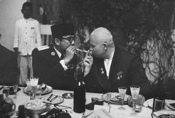 ukarno bersama Nikita Khrushchev. LIFE/John Dominis
