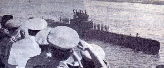 Para anggota Korps Hiu Kencana yang mengawaki Kapal Selam RI Nagaransang memberi penghormatan terakhir kepada pejabat-pejabat militer Pakistan (buku Sewindu Komando Jenis Kapal Selam, 12 September 1967)